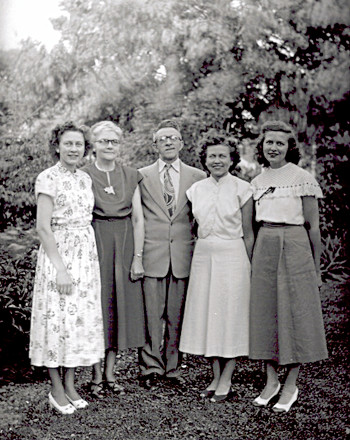 Black and white photograph of Emily, Carrie, Albert, Dorothy, and Elaine Bielefeld