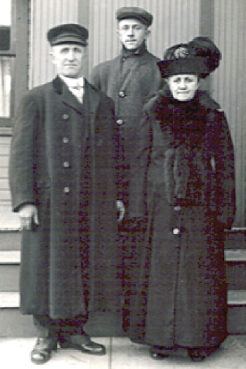 Photograph of Evert, Ennegien, and Albert Bielefeld in winter overcoats and hats. Son Albert appears to be a teenager.