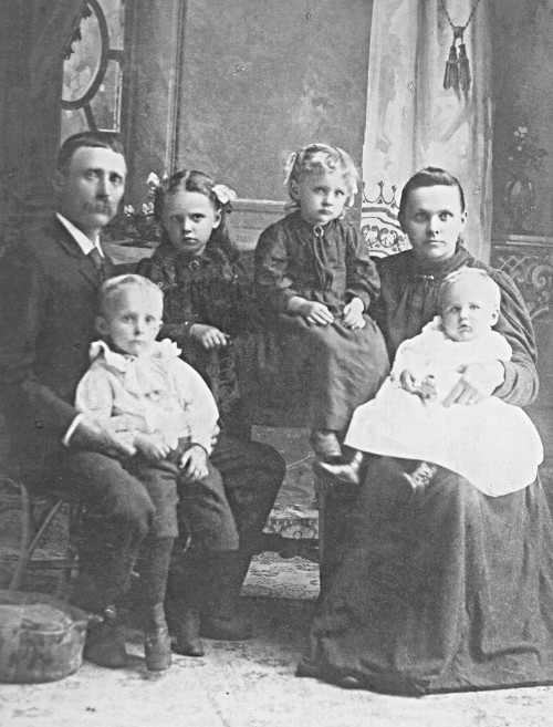 Black and white photograph of Jan Albert Gemmen and his family.
