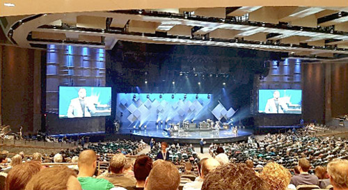 Photograph of Willow Creek Community Church's stage, where the tour group from Grafschaft Bentheim worshipped.
