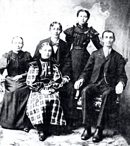 Black and white photo of Jen Hendrik Gemmen, his wife, and three children.