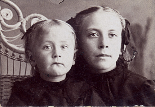 Frederik Dyke's two daughters, Hattie and Jennie.
