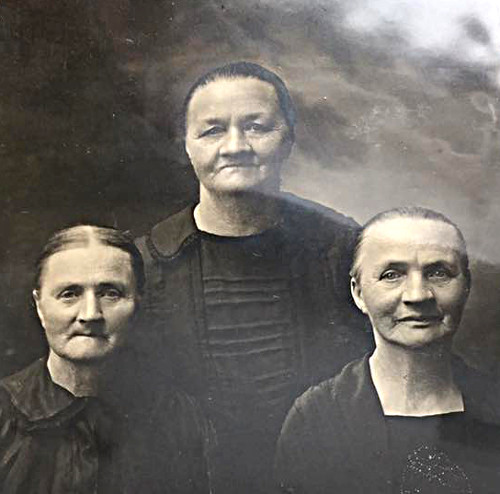 Harmina Knoper (Hermina) Kraker and her sisters Mina and Hattie
