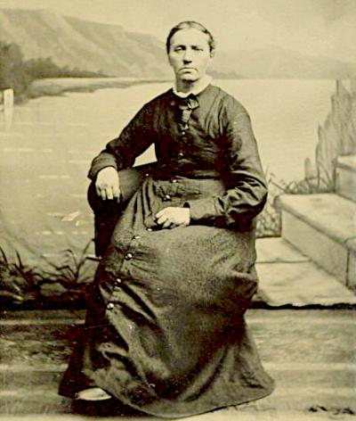 Photo of Fenigje Lemmen seated in front of outdoor backdrop