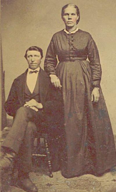 Portrait of Fennegien Lemmen standing next to her husband, Jacob Weersing, sitting.
