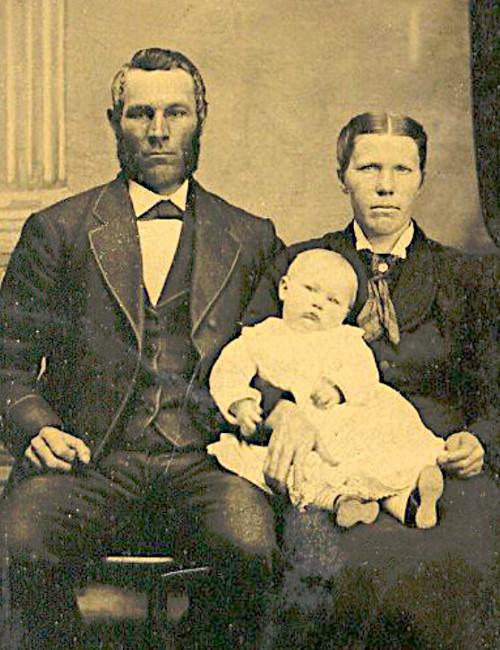 Photo of Gerritdina Lemmen, Hendrik Hellenthal, and their first child