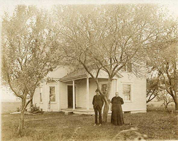 Photo of Fennegien Lemmen and Jacob Weersing in front of their farmhouse.